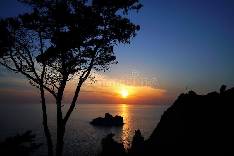 Puesta del sol sugestiva misma en la isla de Corfú fotos de archivo