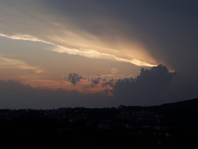 Puesta del sol tempestuosa imagen de archivo