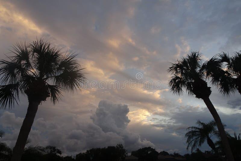 Puesta del sol tempestuosa sobre el lago en la Florida imagen de archivo