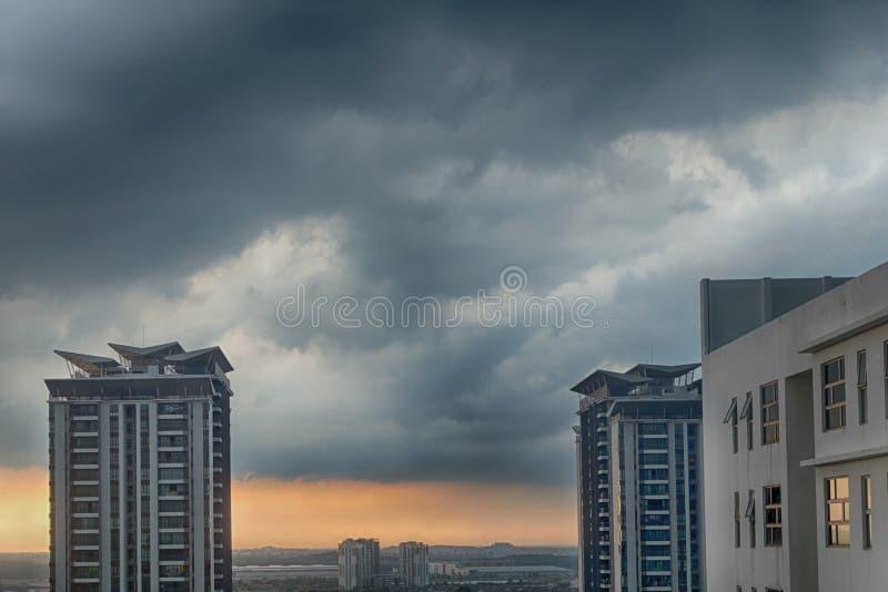 Puesta del sol tempestuosa y lluviosa Cyberjaya, Malasia Nubes lluviosas pesadas sobre ciudad foto de archivo libre de regalías
