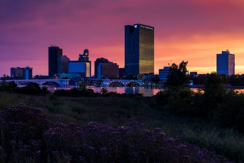 Puesta del sol - Toledo céntrico, Ohio imagen de archivo libre de regalías