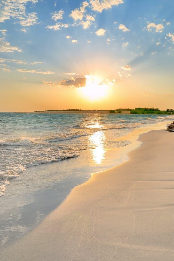 Puesta del sol tranquila de la playa imagenes de archivo