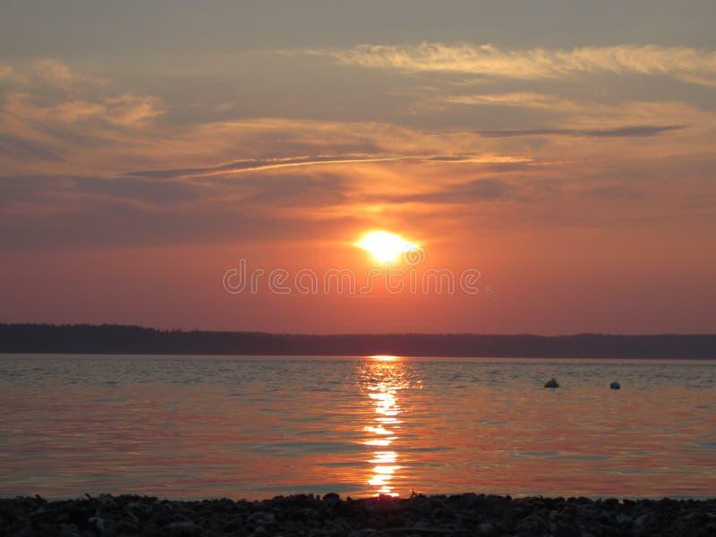Puesta del sol tranquila de la playa fotos de archivo