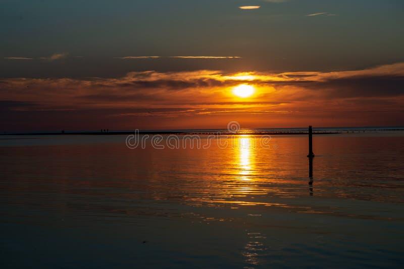 puesta del sol tranquila sin el viento en el lago foto de archivo libre de regalías