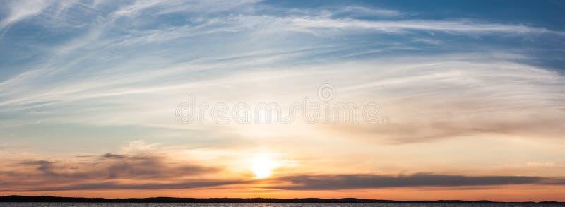 Puesta del sol tranquila y nubes sobre el lago foto de archivo