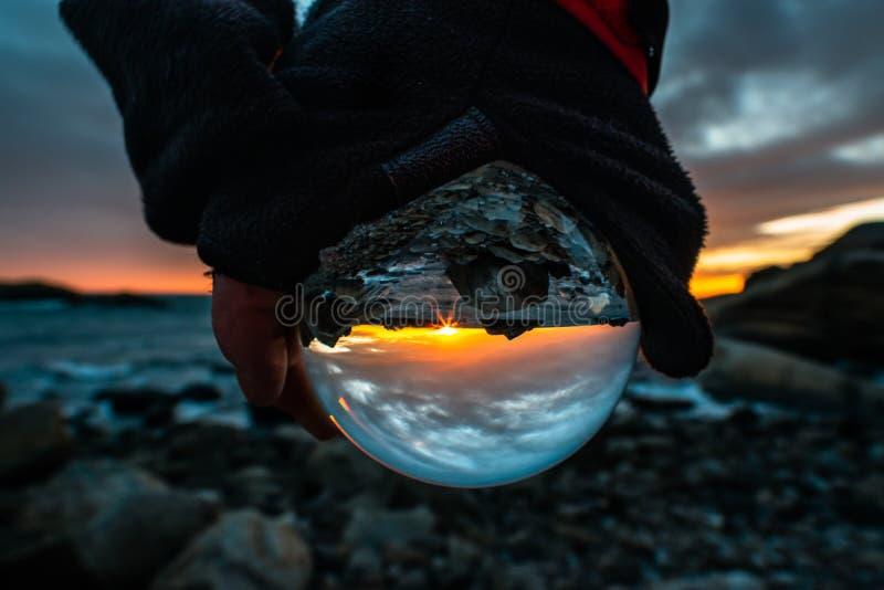Puesta del sol a través de la bola de cristal fotos de archivo libres de regalías