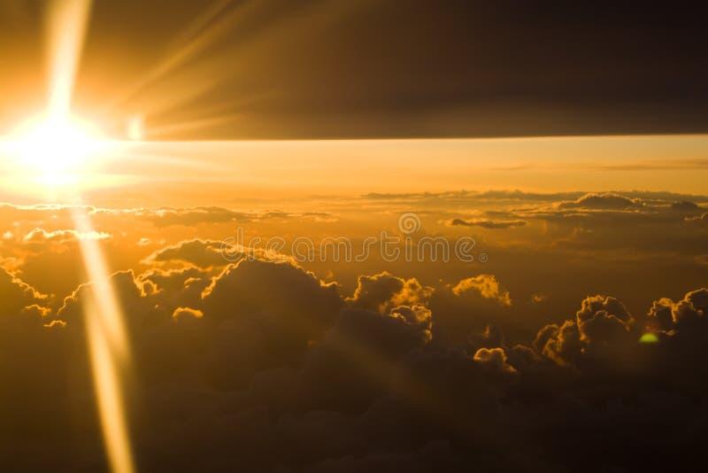 Puesta del sol a través de las nubes densas imagen de archivo