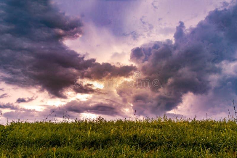 Puesta del sol a través de las nubes de tormenta dramáticas imagen de archivo libre de regalías