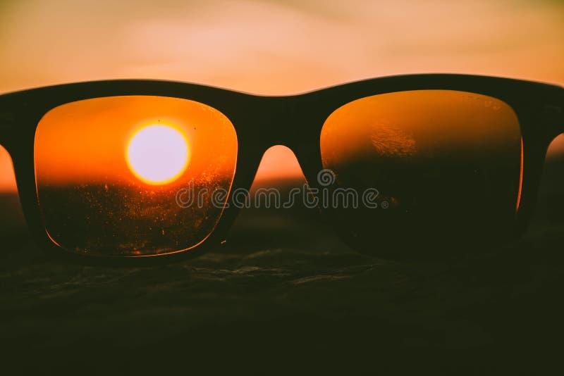 Puesta del sol a través de los vidrios imágenes de archivo libres de regalías