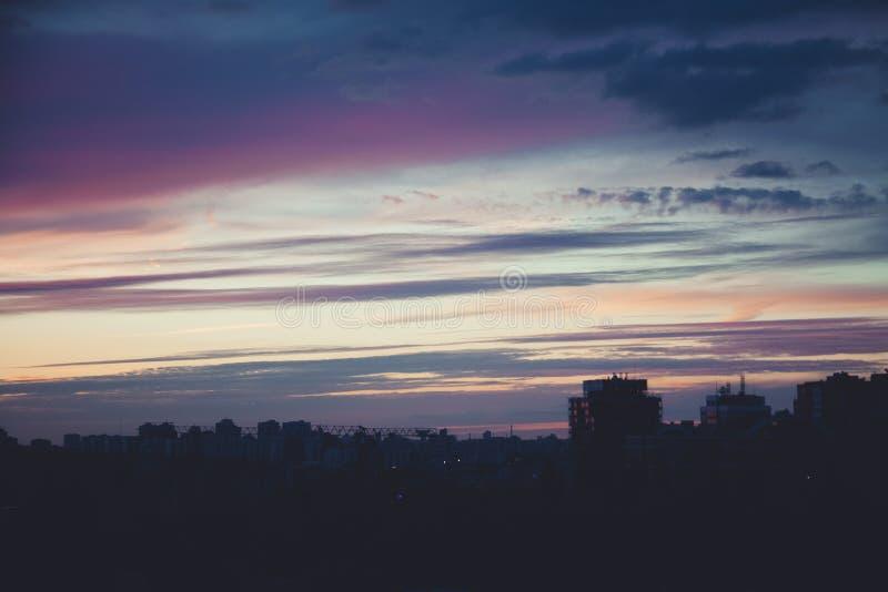 Puesta del sol a través del teléfono foto de archivo libre de regalías
