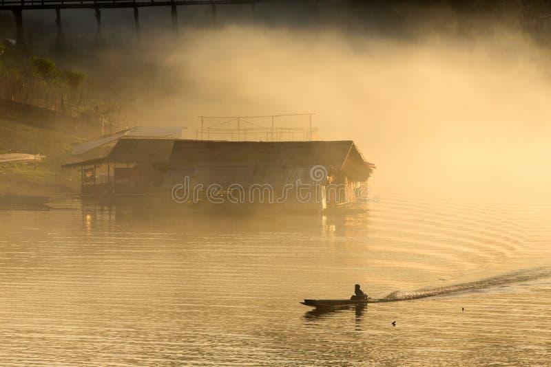Puesta del sol tropical brumosa en el lago imagen de archivo libre de regalías