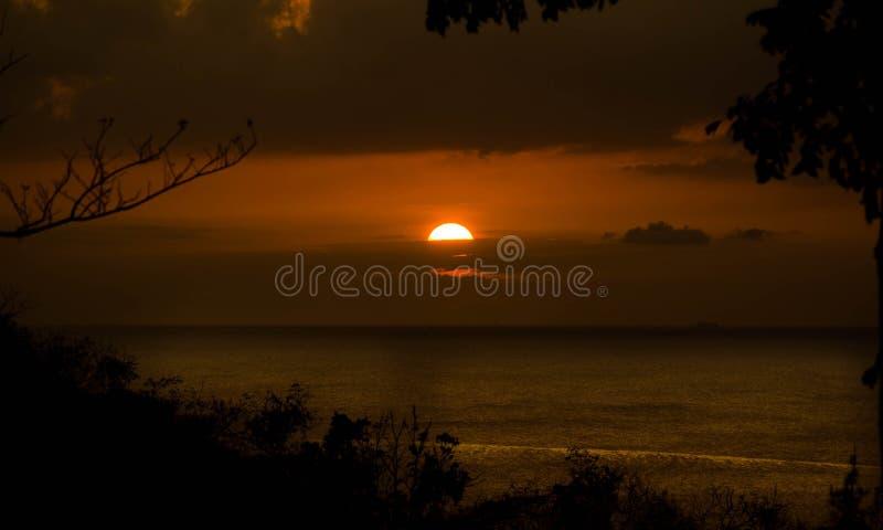 Puesta del sol tropical de oro foto de archivo libre de regalías
