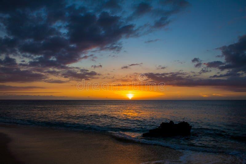 Puesta del sol tropical hermosa en la playa de Kaanapali en Maui Hawaii foto de archivo