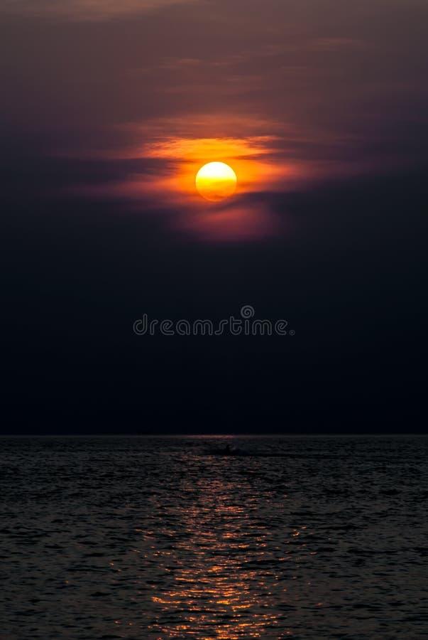 Puesta del sol tropical hermosa en la playa en el mar de andaman fotos de archivo