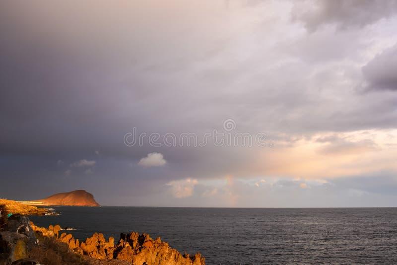 Puesta del sol tropical del mar foto de archivo