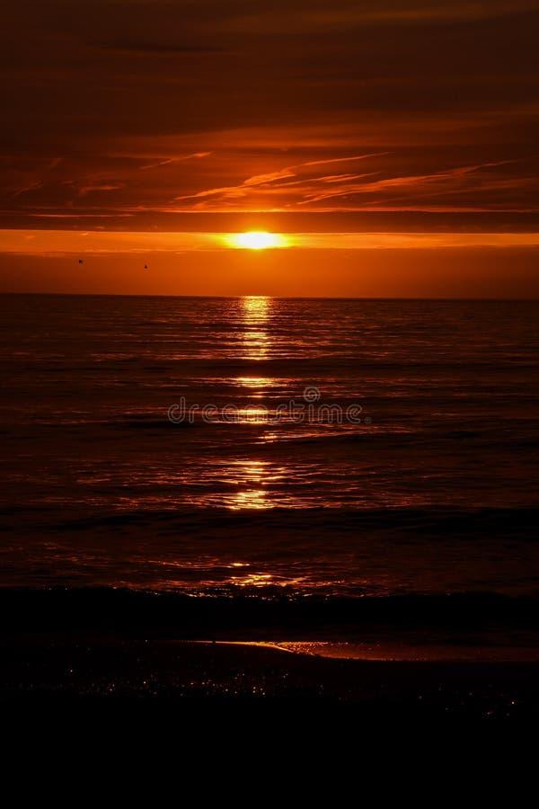 Puesta del sol tropical del mar imagenes de archivo