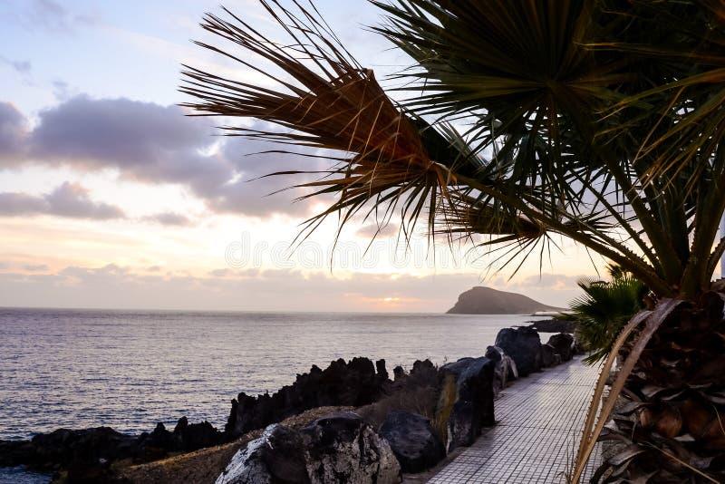 Puesta del sol tropical del mar imágenes de archivo libres de regalías