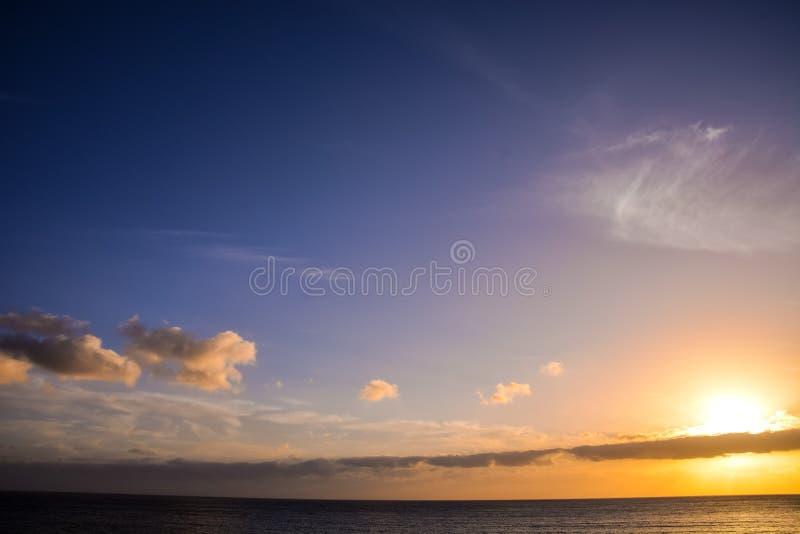 Puesta del sol tropical del mar imagen de archivo