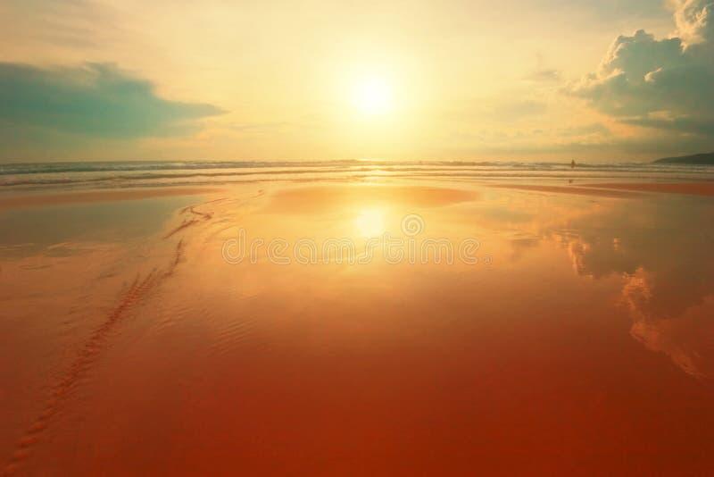 Puesta del sol tropical soñadora fotos de archivo libres de regalías
