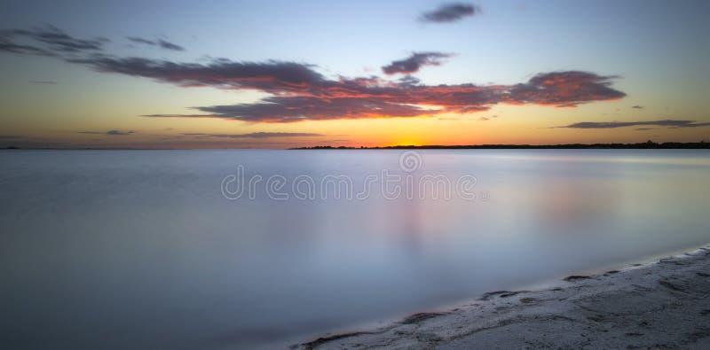 Puesta del sol tropical sobre el Golfo de México foto de archivo libre de regalías
