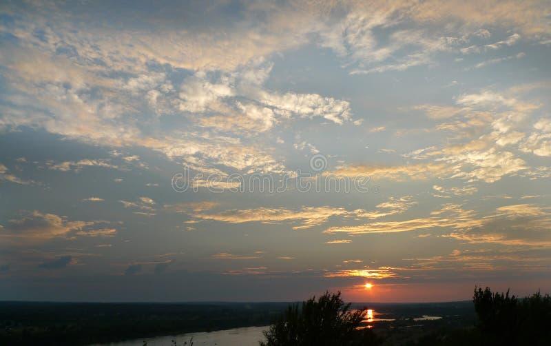 Puesta del sol, Tulsa, Oklahoma con la vista del río Arkansas fotografía de archivo libre de regalías