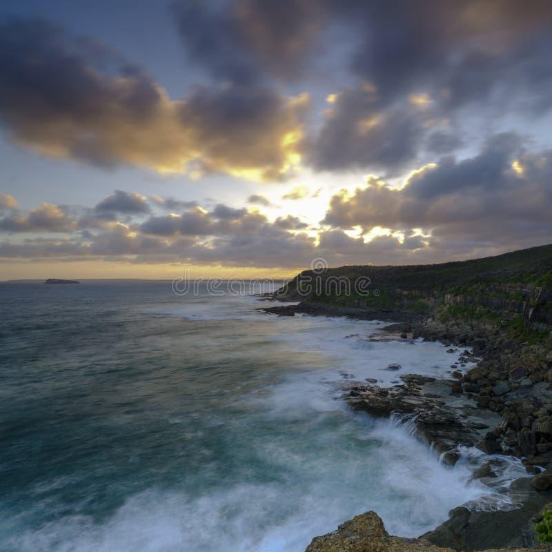 Puesta del sol del verano de la cabeza en el área de la protección del estado de Munmorrah, costa central, NSW, Australia de Wybu foto de archivo