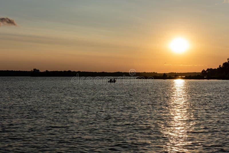 Puesta del sol del verano en el lago whitefish en Minnesota central foto de archivo