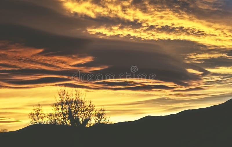 Puesta del sol del verano en las montañas de Huesca España imagen de archivo libre de regalías