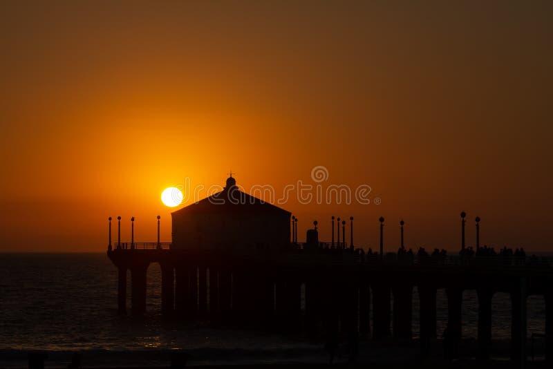 Puesta del sol del verano sobre el embarcadero de Manhattan Beach en California foto de archivo