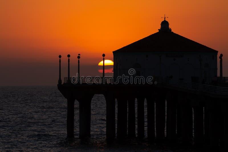 Puesta del sol del verano sobre el embarcadero de Manhattan Beach en California fotos de archivo