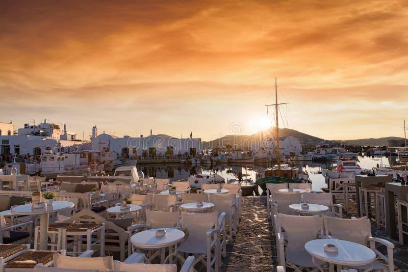 Puesta del sol del verano sobre el pueblo pesquero de Naousa en la isla de Paros, Cícladas, Grecia fotografía de archivo