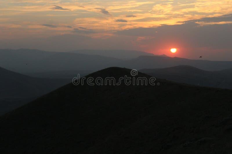 Puesta del sol del verano sobre las montañas crimeas foto de archivo