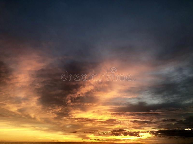 Puesta del sol vista de la playa Es muy hermoso Playa y cielo de la puesta del sol imagen de archivo libre de regalías
