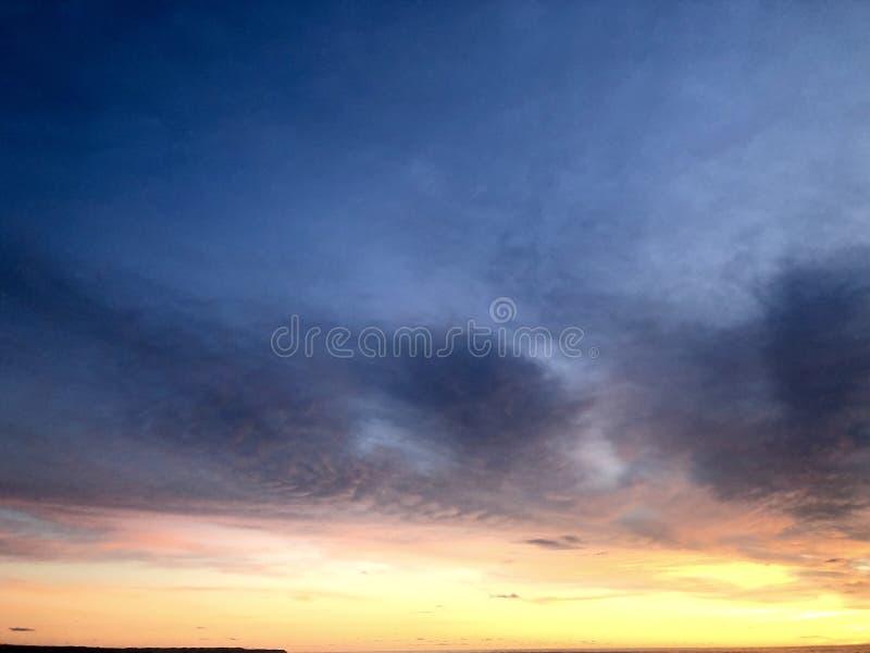 Puesta del sol vista de la playa Es muy hermoso Playa y cielo de la puesta del sol imagen de archivo