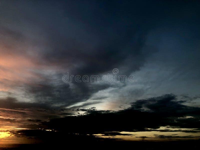 Puesta del sol vista de la playa Es muy hermoso Playa y cielo de la puesta del sol fotos de archivo