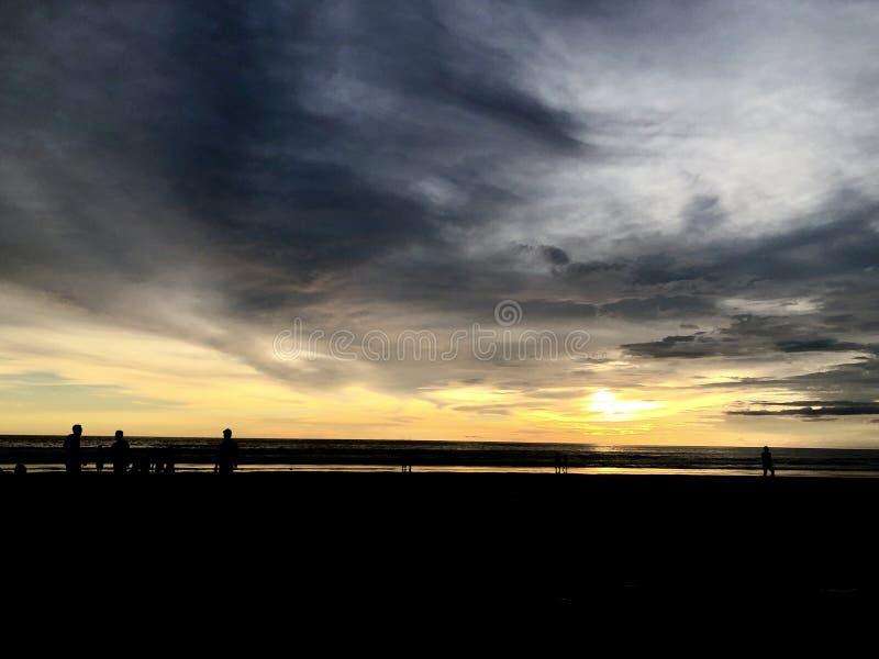 Puesta del sol vista de la playa Es muy hermoso Playa y cielo de la puesta del sol fotos de archivo libres de regalías