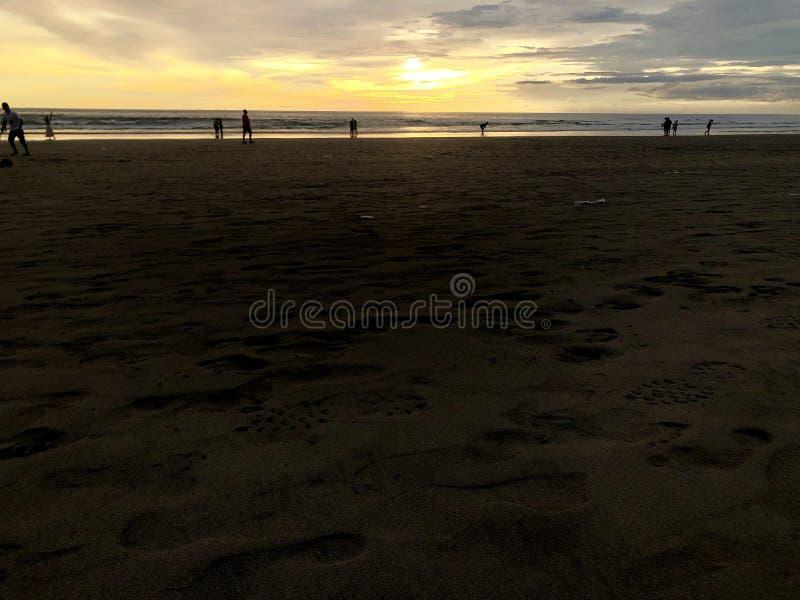 Puesta del sol vista de la playa Es muy hermoso Playa y cielo de la puesta del sol imágenes de archivo libres de regalías