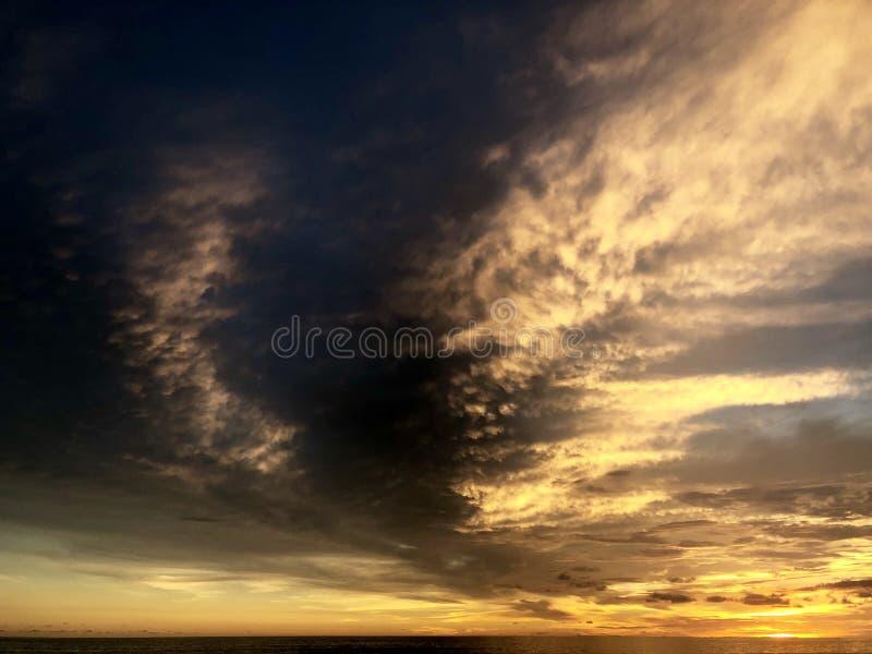 Puesta del sol vista de la playa Es muy hermoso Playa y cielo de la puesta del sol fotografía de archivo