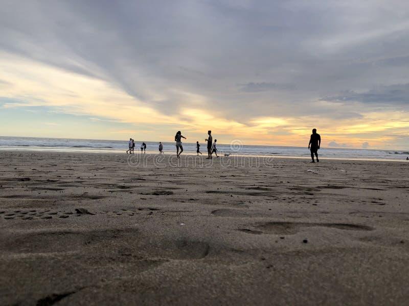 Puesta del sol vista de la playa Es muy hermoso Playa y cielo de la puesta del sol foto de archivo libre de regalías