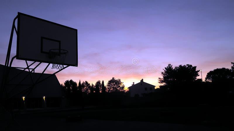 Puesta del sol y baloncesto fotos de archivo