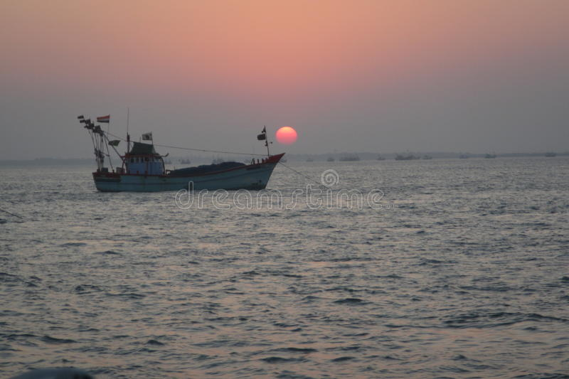 Puesta del sol y barco imagen de archivo
