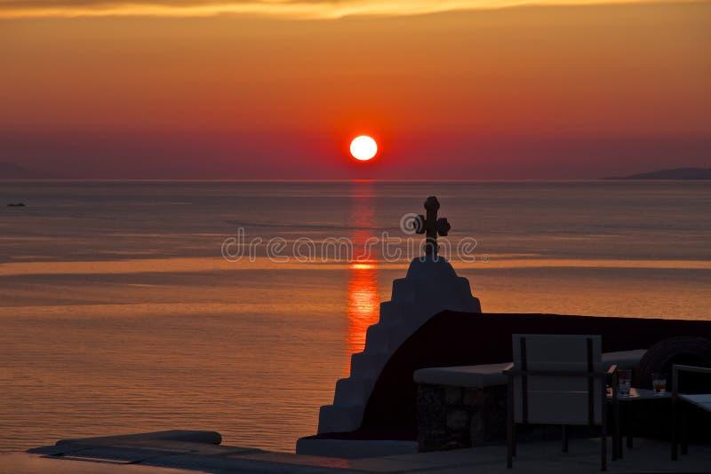 Puesta del sol y capilla Mykonos, Grecia imagen de archivo
