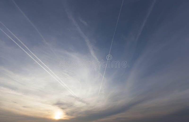 Puesta del sol y cielo imagenes de archivo