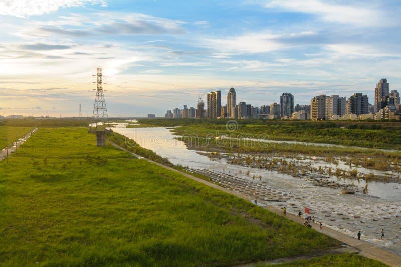 Puesta del sol y el horizonte de la ciudad imagen de archivo libre de regalías