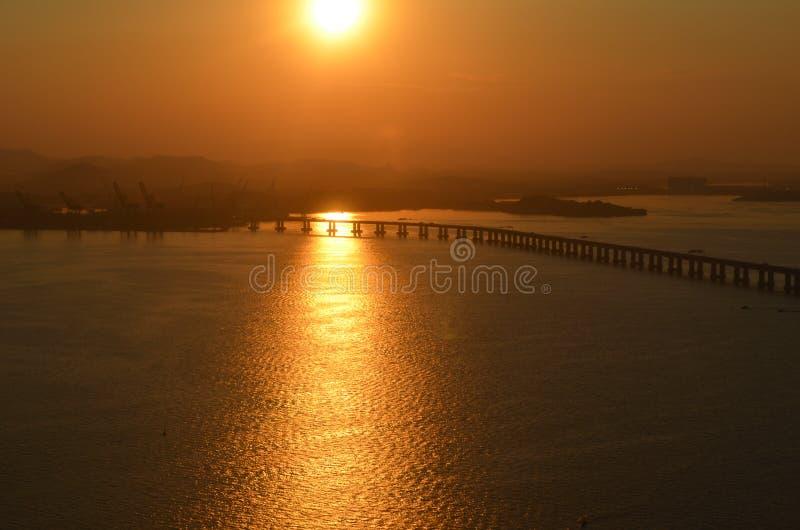 Puesta del sol y el puente fotos de archivo