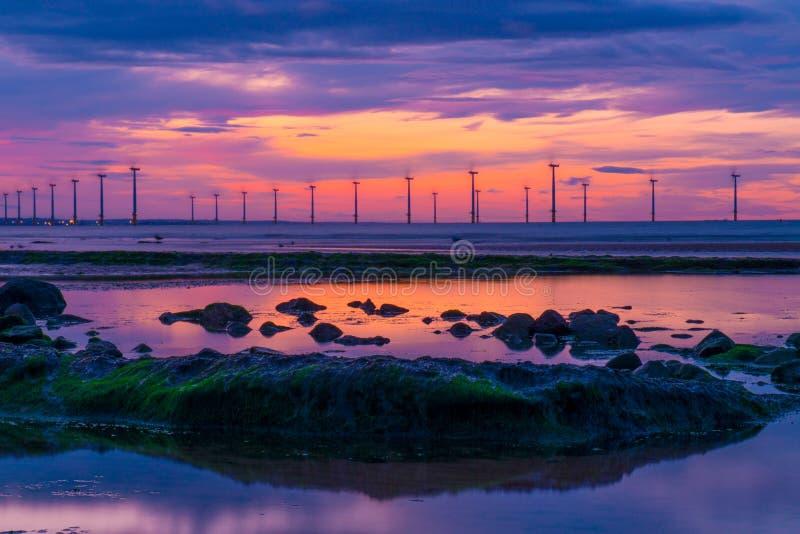 Puesta del sol y energía eólica de Redcar imagenes de archivo
