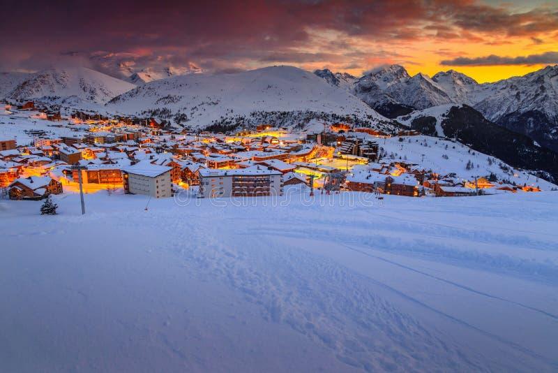 Puesta del sol y estación de esquí hermosas en las montañas francesas, Europa imagenes de archivo