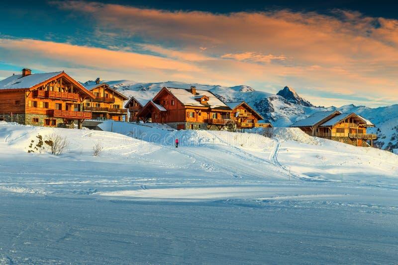 Puesta del sol y estación de esquí hermosas en las montañas francesas, Europa foto de archivo