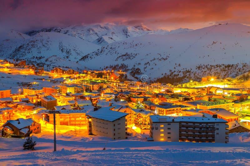 Puesta del sol y estación de esquí majestuosas en las montañas francesas, Europa imagenes de archivo