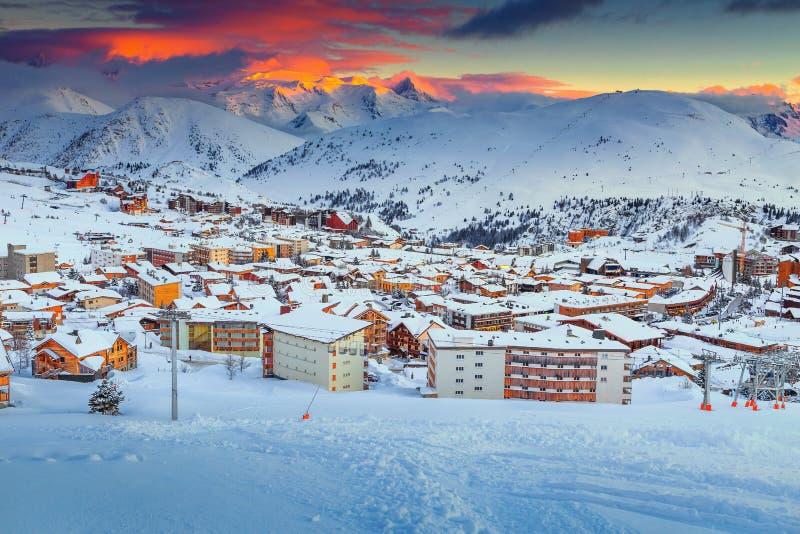 Puesta del sol y estación de esquí maravillosas en las montañas francesas, Europa imágenes de archivo libres de regalías